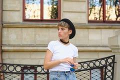 Retrato del inconformista femenino con corte de pelo natural del maquillaje y del cortocircuito que disfruta del tiempo libre al  Fotografía de archivo libre de regalías