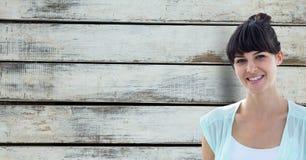 Retrato del inconformista femenino sonriente contra la pared de madera foto de archivo libre de regalías
