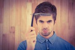 Retrato del inconformista serio que sostiene la maquinilla de afeitar recta del borde Imagen de archivo
