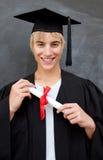 Retrato del individuo adolescente que celebra la graduación Foto de archivo libre de regalías