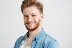 Retrato del individuo atractivo sincero joven que sonríe mirando la cámara sobre el fondo blanco Fotos de archivo libres de regalías
