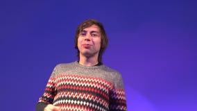 Retrato del individuo caucásico que muestra la lengua y hace caras divertidas almacen de video