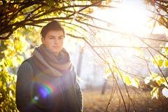Retrato del individuo contra un árbol del otoño en un parque Fotos de archivo libres de regalías