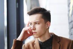 Retrato del individuo de la moda de los jóvenes con la mano en cara Fotografía de archivo