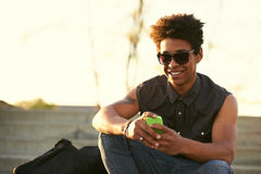 Retrato del individuo joven que envía el mensaje con smartphone imágenes de archivo libres de regalías