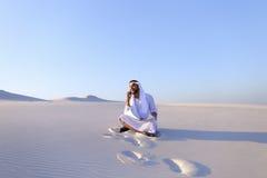 Retrato del individuo musulmán del diseñador que coordina en móvil con c Fotografía de archivo libre de regalías