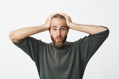 Retrato del individuo sueco hermoso con el pelo de moda y la barba que son chocados después de oír cuánto pasó su esposa en los z Imagen de archivo libre de regalías