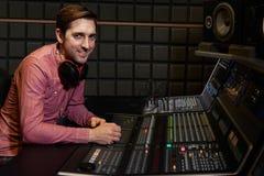 Retrato del ingeniero de sonido In Recording Studio Imagenes de archivo