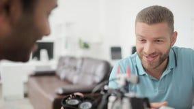 Retrato del ingeniero joven que habla con su colega