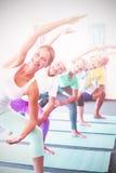 Retrato del instructor que realiza yoga con los mayores Imágenes de archivo libres de regalías