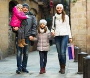 Retrato del invierno de adultos con las hijas Foco en muchacha Foco en muchacha Fotos de archivo libres de regalías