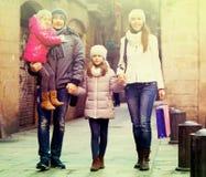 Retrato del invierno de adultos con las hijas Foco en muchacha Foco o Fotos de archivo libres de regalías