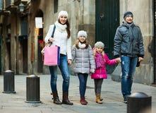 Retrato del invierno de adultos felices con las hijas Foco en muchacha Imágenes de archivo libres de regalías