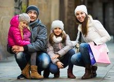 Retrato del invierno de adultos felices con las hijas Foco en muchacha Fotografía de archivo libre de regalías