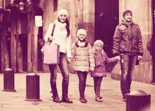 Retrato del invierno de adultos felices con las hijas Foco en muchacha Imagen de archivo libre de regalías