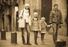 Retrato del invierno de adultos felices con las hijas Foco en muchacha Foto de archivo libre de regalías