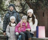 Retrato del invierno de adultos felices con las hijas Foco en mujer Foto de archivo libre de regalías
