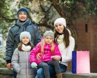 Retrato del invierno de adultos felices con las hijas Foco en mujer Fotografía de archivo