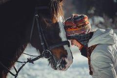 Retrato del invierno de la muchacha adolescente con el caballo Imágenes de archivo libres de regalías