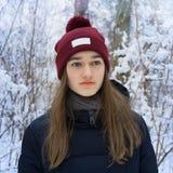 Retrato del invierno de la muchacha adolescente en bosque nevoso del invierno Foto de archivo libre de regalías