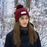 Retrato del invierno de la muchacha adolescente en bosque nevoso del invierno Fotos de archivo libres de regalías