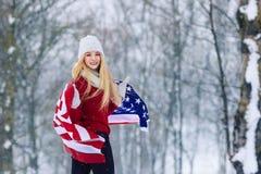 Retrato del invierno de la muchacha adolescente joven con la bandera de los E.E.U.U. Belleza Girl modelo alegre que ríe y que se  Imagenes de archivo