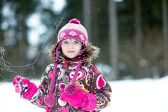 Retrato del invierno de la muchacha adorable del niño en puente Imagenes de archivo