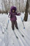 Retrato del invierno de la muchacha de cuatro años en los esquís Imagen de archivo
