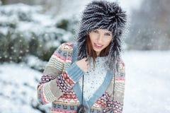 Retrato del invierno de la mujer DOF bajo Imágenes de archivo libres de regalías