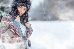 Retrato del invierno de la mujer DOF bajo Imagen de archivo