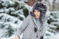 Retrato del invierno de la mujer DOF bajo Fotos de archivo