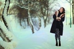 Retrato del invierno de la mujer en parque del invierno Imagen de archivo