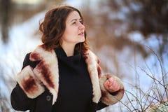 Retrato del invierno de la mujer en parque del invierno Fotografía de archivo libre de regalías