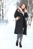 Retrato del invierno de la mujer en parque del invierno Fotos de archivo libres de regalías