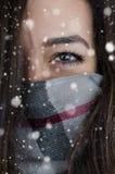 Retrato del invierno de la mujer hermosa joven con nieve Imagen de archivo libre de regalías