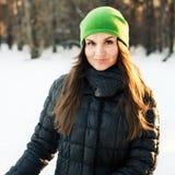 Retrato del invierno de la mujer joven foto de archivo