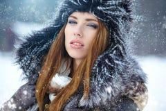 Retrato del invierno de la mujer joven Imagen de archivo