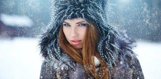 Retrato del invierno de la mujer joven Imágenes de archivo libres de regalías