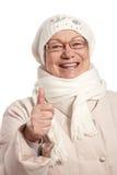 Retrato del invierno de la mujer mayor con el pulgar para arriba Imágenes de archivo libres de regalías