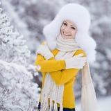 Retrato del invierno de la mujer sonriente hermosa con los copos de nieve en las pieles blancas Fotos de archivo