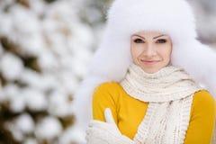 Retrato del invierno de la mujer sonriente hermosa con los copos de nieve en las pieles blancas Fotografía de archivo libre de regalías
