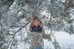 Retrato del invierno de la mujer sonriente hermosa con los copos de nieve en las pieles blancas Foto de archivo libre de regalías