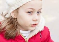 Retrato del invierno de la pequeña muchacha caucásica al aire libre Imagen de archivo