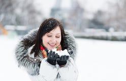Retrato del invierno de una muchacha hermosa en capo motor de la piel Imagenes de archivo