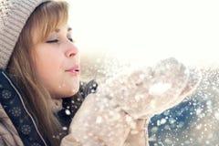 Retrato del invierno de una mujer con nieve en manos Imagen de archivo libre de regalías
