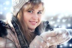 Retrato del invierno de una mujer con nieve en manos Fotos de archivo
