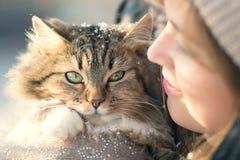Retrato del invierno de una mujer con un gato Imágenes de archivo libres de regalías