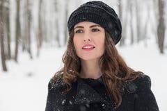 Retrato del invierno de una mujer hermosa Imagenes de archivo