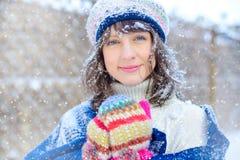 Retrato del invierno de una mujer joven Belleza Girl modelo feliz que toca su piel de la cara y que ríe, divirtiéndose en el parq Fotografía de archivo libre de regalías