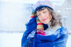 Retrato del invierno de una mujer joven Belleza Girl modelo feliz que toca su piel de la cara y que ríe, divirtiéndose en el parq imagen de archivo libre de regalías